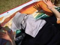 公園でお昼寝中の一重瞼。