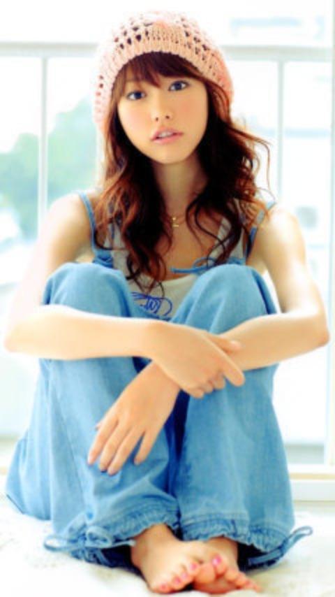 オーバーホール姿で三角座りをする可愛い桐谷美玲