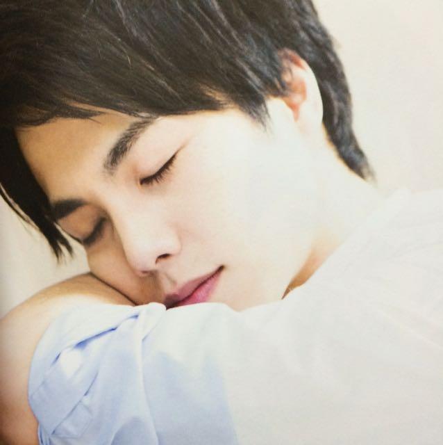 腕の上に顔を乗せてまったり眠る重岡大毅