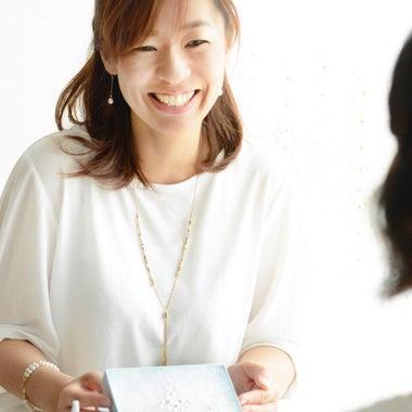 金属アレルギーでも大丈夫な貼るピアス&ジュエリー製作販売プロデューサー*石川彩